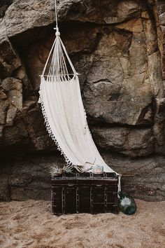 Artisan-inspired beach wedding decor | Image by Keisy and Rocky