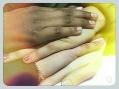 United / True colors  Mis estudiantes son más locos/locas que yo.  Pero me complace ver que en mis salas se puede promover el valor de la amistad el respeto el compañerismo sin importar colores tallas ideas origenes economia ni ninguna otra cosa que nos pueda separar.  Y a pesar de sus locuras (y debido a ella)  esta foto fue idea de estas cuatro personas en la foto.  #photography #photographyxiaomi #colors #people #project #skin #hand #album