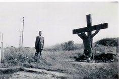 Pour mettre en échec les armées nazies à la fin de la guerre, les Alliés ont déversé sur l'Europe plusieurs milliers de tonnes de bombes. Cette photographie poignante, montrant un calvaire coupé en deux, incarne la dureté et la violence de la Libération.