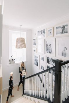 Staircase Gallery Wall also the stair rail! – – Staircase Gallery Wall also the stair rail! Black Stair Railing, Black Stairs, White Staircase, Carpet Staircase, Modern Staircase, Gallery Wall Staircase, Staircase Design, Gallery Walls, Frame Gallery