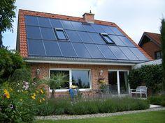 Schöner Garten vor Haus mit Solarthermieanlage. Montage durch die Raabe Dachdeckermeister GmbH & Co. KG in Lemgo (32657) | Dachdecker.com
