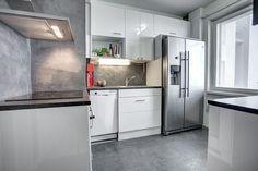 Olohuoneen tehosteseinä sekä keittiön välitila koristemaalilla