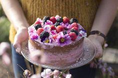 Biscuit afgewerkt met bavarois van rood fruit en eetbare bloemetjes. #madebyellemieke #fleurdellemieke Biscuits, Cheesecake, Birthdays, Homemade, Fruit, Desserts, Bavarian Cream, Crack Crackers, Anniversaries