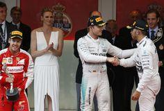 """Lewis Hamilton cumprimenta Nico Rosberg, enquanto Sebastian Vettel celebra pódio no GP de Mônaco. O GPS E O ERRO DE CÁLCULO  Toto Wolff, sócio e diretor da equipe Mercedes, conversou com os jornalistas. E deu uma explicação importante: """"Nosso pessoal fez os cálculos errados. Aqui em Mônaco o GPS não funciona, o que ajudou a deixar a equipe confusa"""". O GPS permite não apenas saber a diferença de tempo precisa entre cada piloto como mostrar onde cada um se encontra no traçado. Segundo…"""