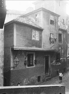 Alfama, Lisboa, Portugal Old Pictures, Old Photos, Antique Photos, Capital City, Portuguese, The Neighbourhood, Past, Europe, Lisbon Portugal
