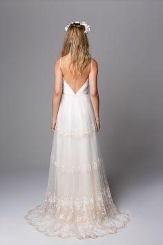 Nouveau por giselle nasser costas do vestido cris em tule bordado Slit Wedding Dress, Tulle Wedding Gown, Wedding Fur, Wedding Beauty, Chic Wedding, Bridal Dresses, Wedding Styles, Dream Wedding, Chic Dress