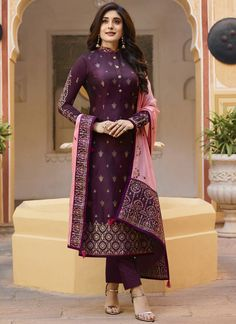 Simple Pakistani Dresses, Indian Gowns Dresses, Indian Fashion Dresses, Dress Indian Style, Indian Designer Outfits, Indian Wear, Kurti Designs Party Wear, Kurta Designs, Saree Blouse Designs