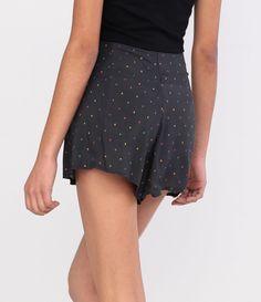 Short feminino  Modelo com cintura alta  Estampa de caveiras  Marca: Blue Steel  Tecido: viscose  Composição: 100% viscose  Modelo veste tamanho: 36       COLEÇÃO VERÃO 2016       Veja outras opções de    shorts femininos.