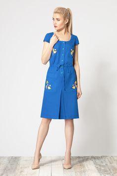 Летнее льняное платье, свободного покроя, регулирующееся в области талии протяжкой из шнура. По переду обработаны накладные карманы, украшенные аппликациями, также по переду проходит планка и заложена встречная складка. Рукав втачной короткий. Длина изделия – 97 см, длина рукава – 10,5 см.Состав: 51%- Лён   49%-Хлопок