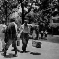 Na foto acima vemos um carregador (de água?) caminhando pela Rua das Laranjeiras, bem em frente à Maternidade-Escola.