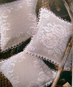 Filet crochet pillow with diagram Mais Crochet Pillows, Crochet Cushion Cover, Crochet Pillow Pattern, Diy Pillows, Crochet Motif, Crochet Designs, Crochet Doilies, Crochet Flowers, Floral Pillows
