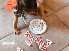 Help kids practice counting and number recognition with this fun, hands on Pizza Counting Activity. This is great for preschool and kindergartners. Counting Activities, Preschool Learning Activities, Classroom Activities, Preschool Activities, Math Games, Kindergarten Learning, Free Preschool, Learning Games, Fun Math