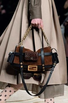 See all the Details photos from Fendi Autumn/Winter 2019 Ready-To-Wear now on British Vogue Ladies Hooded Coats, Fall Bags, Popular Handbags, Bath Girls, Barefoot Shoes, Fendi Bags, Purses And Handbags, Ready To Wear, Trends