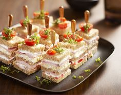 Hartige petit fours van bruin of wit casinobrood (nl rec) Tapas, Tea Recipes, Cooking Recipes, Tea Party Sandwiches, Finger Sandwiches, Breakfast Desayunos, Fingerfood Party, Snacks Für Party, Savory Snacks