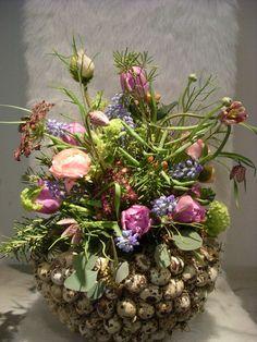 Spring Flower Arrangements, Floral Arrangements, Easter Flowers, Spring Flowers, Deco Floral, Floral Design, Diy Osterschmuck, Diy Easter Decorations, Different Plants