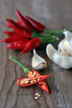 Chili Peppers and Garlic by marifra mentaeliquirizia - Marianna Franchi Vegetables Photography, Food Photography Styling, Food Styling, Fruit And Veg, Fruits And Veggies, Chile Picante, Spices And Herbs, Stuffed Hot Peppers, Food Design