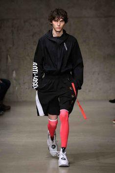中国李宁 Li-Ning Fall-Winter - New York Fashion Week - Male Fashion Trends Male Fashion Trends, Latest Mens Fashion, Sport Fashion, Fashion Outfits, Men's Fashion, Trendy Outfits, New York Fashion, Mens Fall, Celebrity Dresses