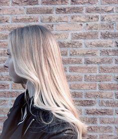 Balayage 💛 #balayage #highlights #haircut #hairdye #hairdo #blowdry #haircolor #hairstyling #hairinspiration #coloredhair #blonde #blondehair #beforeandafter #smoothhair #matrixhair #matrixcolor #dyedhair #leeuwarden #friesland #wavyhair #longhair #haironpoint #hairtrend #springhair #summervibes #hairsalon