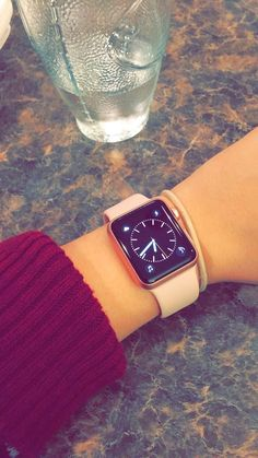 Apple Watch - Applewatch - Ideas of Applewatch - Apple Watch Apple Watch Bracelets, Apple Watch Bands, Girly Dp, Apple Watch Fashion, Cool Girl Pictures, Girl Photos, Gold Apple Watch, Apple Watch Accessories, Accesorios Casual