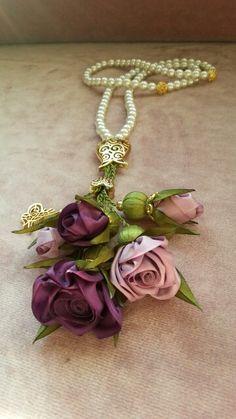 Majestik marka kurdelelerle istediğiniz çiçek tasarımını yapabilirsiniz. Bu el emeği süslü tesbihleri ise arkadaşlarınıza hediye edebilirsiniz. Malzemeler: Hobium.com.