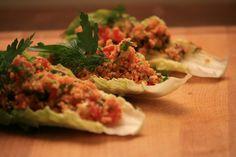 Kısır ist ein vegetarischer, veganer und kalter Salat aus feinemBulgur (eine Art fein bis grob gemahlener Hartweizen) der, ähnlich wie der Kuskus in Nordafrika oder der Taboulé Salat aus der libanesischen Küche, als Vorspeise, Hauptspeise oder Beilage gereicht werden kann. Der aromatische Salat ist ideal für eine Party oder Wohnungseinweihung, da man schnell und günstig…