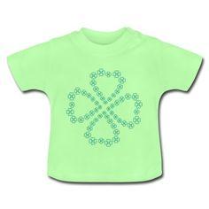 Kurzärmeliges Baby-Shirt mit einem Kleeblatt aus vielen kleinen hellblauen bzw. türkisen Kleeblättern.