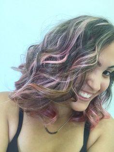 Cabelo rosa. Mechas. Cabelo colorido.