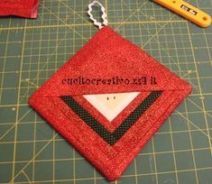 Tutorial Babbo Natale log cabin, in center square 6 x 6 cm, strips cm wide Christmas Patchwork, Christmas Sewing, Christmas Fabric, Christmas Items, Christmas Projects, Quilted Christmas Ornaments, Fabric Ornaments, Santa Ornaments, How To Make Ornaments