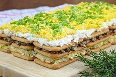 Przepis na sałatkę na krakersach z pieczarkami i jajkiem. Jak zrobić Sałatka na krakersach z pieczarkami i jajkiem Doskonała na święta i imprezy domowe. Sałatka na krakersach z pieczarkami i jajkiem wygląda jak ciasto, do tego łatwo się kroi. Sałatkę tworzą 3 warstwy krakersów przełożone kolejno masą serowo-porową, pieczarkową oraz białkową. Wierzch sałatki to pokruszone żółtka jajek,