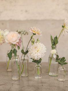 23 ideas for spring vase arrangements – Wedding Centerpieces Flower Arrangements Simple, Wedding Arrangements, Simple Flowers, Small Vases With Flowers, Elegant Flowers, Beautiful Flowers, Wedding Table Flowers, Wedding Vases, Floral Wedding