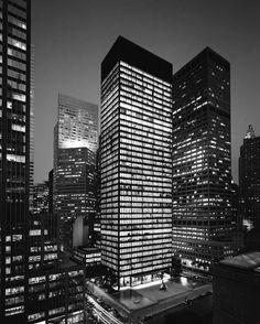 Mies van der Rohe (with Philip Johnson) / Seagram Building, New York, Philip Johnson, Seagram Building, Chrysler Building, Ludwig Mies Van Der Rohe, Walter Gropius, Modern Skyscrapers, Modern Buildings, Office Buildings, Bauhaus