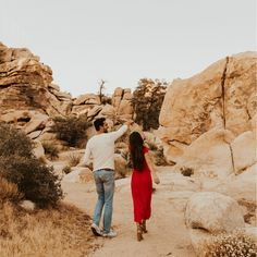 This engagement shoot at Joshua Tree National Park was warm, carefree, playful, and got me so inspired! Engagement Ring Pictures, Country Engagement Pictures, Engagement Photo Poses, Engagement Photography, Fall Engagement, Pre Weding, Pre Wedding Poses, Pre Wedding Photoshoot, Couple Photoshoot Poses