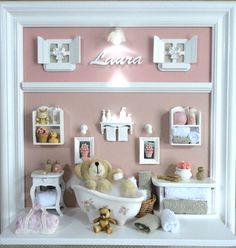 Quadro com ambiente do banho do bebê. <br>Para porta de maternidade e decoração do quarto do bebê. <br>Fundo revestido em tecido da sua escolha. <br>Miniaturas em resina, recortadas a laser, espelho, banheiro em porcelana branca, colorida ou decorada. <br> <br>PRODUTO ARTESANAL SUJEITO À ALTERAÇÕES
