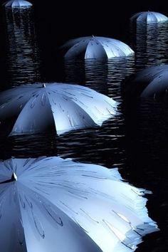 Azuis como o mar. Guarda-chuvas sobre a agua.
