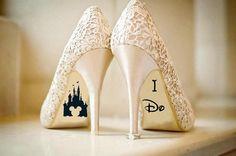 Etiqueta de zapato de boda magnífico con el hermoso castillo de Disney con orejas de Mickey cortó un pie y lo hago para el otro. La fuente es que el maravilloso Disney inspirado a font Walt. Esto haría que un accesorio único y perfecto para el día de su boda, o incluso para un amigo.