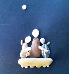 mum and her daughters pebble art by Nanika