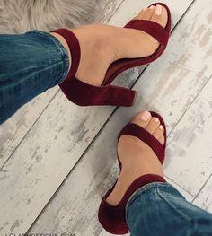 Esse modelo é muito confortável ... E como os pés ficam quase nus, valoriza bastante nossos pés...
