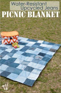 Esta es la mejor manta de picnic nunca!  Hacer una manta de picnic upcycled Jeans Fácil resistente al agua de sus viejos pantalones vaqueros.  Se hace un super resistente manta de picnic para la primavera y el verano.  |  Housefulofhandmade.com