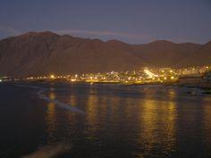 Entre el desierto y el mar, atardecer en un puerto que amamos entrañablemente, en una fotografía tomada desde el muelle de pescadores.