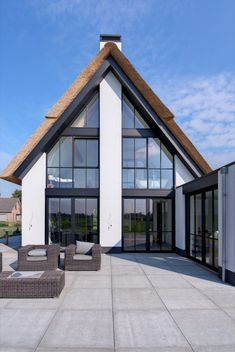 Moderne villabouw met rieten dak | house designs | dream homes | dreamy houses | droomhuis | HOOG.design