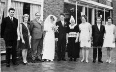 Trouwen van Trijn Kil en Dirk Tol (Bliek). Cornelis Kil (Kees Kil), garagehouder, taxibedrijf 1906-1990, gehuwd in 1930 met Trijntje Veerman (Trijn van Job) 1906-1991; kinderen: Maria 1931-; Everardus J 1934-; Divera (Duur) 1936-1980; Jannig; Trijn; Bruin. #NoordHolland #Volendam