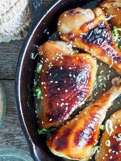 Ovnsbakt kyllinglår i honning- og soyasaus Broccoli, Iron Pan, Tex Mex, Chicken Wings, Pork, Meat, Kitchen, Chicken Bacon, Chicken Mushrooms