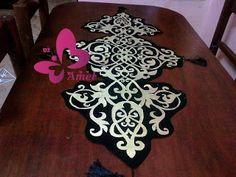 طريقة صنع مجموعة مفارش تركية خطوة بخطوة Hand Embroidery, Embroidery Designs, Beaded Braclets, Crochet Table Runner, Table Covers, Decoration, Table Runners, Animal Print Rug, Oriental
