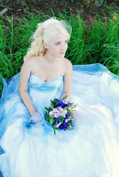 I'm thinking of having an Alice in Wonderland Masq. wedding... Hmm... Love the dress!
