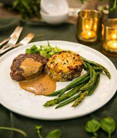 Till nyårsafton och fest passar oxfilé med cognacsås, gröna bönor, sparris och potatiskaka. Recept och vintips hittar du här. Something Sweet, Lchf, Fine Dining, Salmon Burgers, Beverages, Drinks, Carne, Green Beans, Favorite Recipes