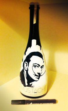 """Botella de Cerveza Mustache pintada a mano para la EXPO de Dalí en Malasaña organizada por la galería """"Despacio Arte y Vino"""". Malasaña, Madrid."""