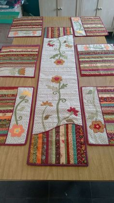 New patchwork patterns place mats ideas Table Runner And Placemats, Table Runner Pattern, Quilted Table Runners, Small Quilts, Mini Quilts, Patchwork Patterns, Quilt Patterns, Quilting Projects, Sewing Projects