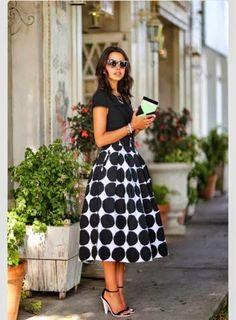 Crop Top, Midi Etek, Monokrom elbiseler; Önce sokağa bahar gelir ! - http://3xmoda.com/genel/crop-top-midi-etek-monokrom-elbiseler-once-sokaga-bahar-gelir.html - Modanın göz alıcı tasarımlarının tamamı ilhamını sokaklardan alır ve sokaklar kendi içerisinde her sene değişen bir trend yapısına sahiptir. Bu sene modada öne çıkan renklerin ve tasarımların özellikle de bohemin doyum noktasını sokaklar belirlemiş… 2015 ilkbahar – yaz sokak modasının