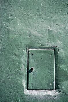 Green wall and little door - www.gdecooman.fr portfolio, cours et stages photo à Lille, visites guidées de Lille