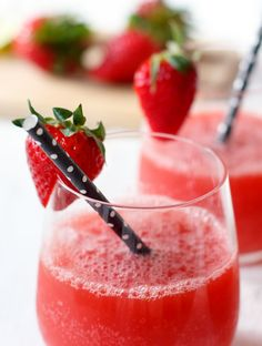 Say hello to my favorite cocktail: de strawberry daiquiry. Een friszoete cocktail, vol verse aardbeien, gecrushed ijs, limoensap en wodka.